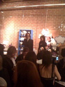 [YOSHIKI] [Misc] Yoshiki en la hello kitty VIP party (octubre 09) muchas fotos Kitty-yoshiki-225x300